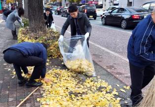 職員の有志52名が参加した清掃活動