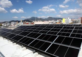 屋上にソーラーパネルを80枚設置